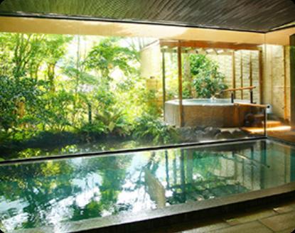 写真:中庭を望める浴場