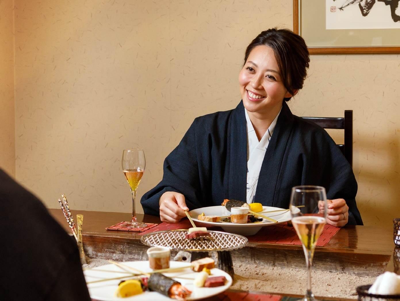 写真:食事中の女性